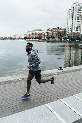 Irlenad, Dublin, young man running at waterfront promenade - p300m1355898 by Boy photography
