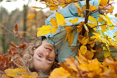 Kind im Herbstlaub - p4650051 von ssg