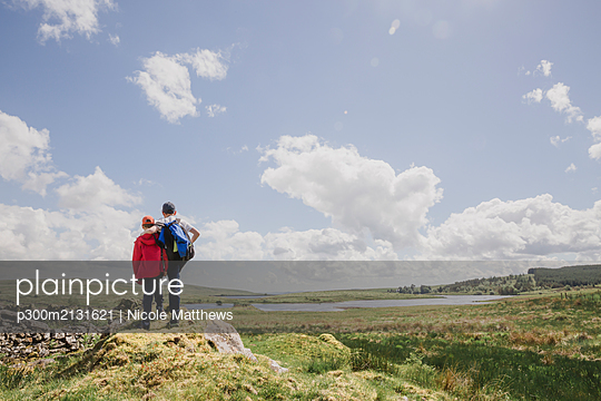Back view of two brothers looking at view, Cairngorms, Scotland, UK - p300m2131621 by Nicole Matthews