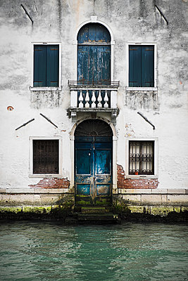 House front in Venice - p1149m1333002 by Yvonne Röder