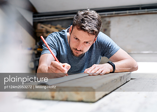 Carpenter measuring up workpiece - p1124m2053272 by Willing-Holtz