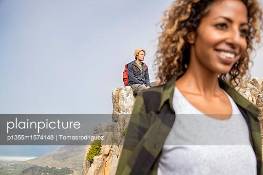 Junges Paar auf einem Berggipfel - p1355m1574148 von Tomasrodriguez