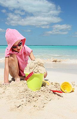 Kind mit Sandspielzeug - p045m813639 von Jasmin Sander