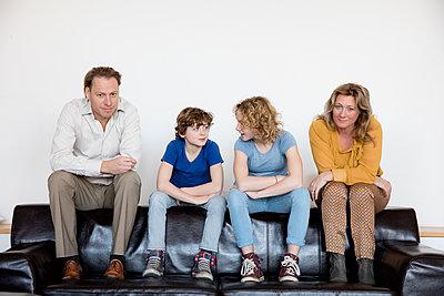 Familie auf Sofa - p1212m1094498 von harry + lidy