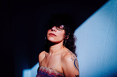 Tattooed woman with sunglasses - p1616m2187742 by Just - Schmidt