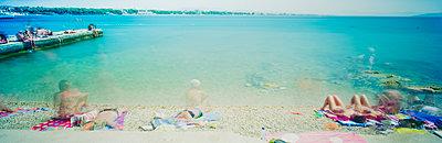 Sonnenbad am Meer - p362m1541425 von André Wagner