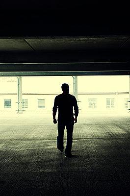 Mann in einem Parkhaus - p794m1035083 von Mohamad Itani