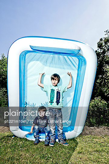 Boys with paddling pool - p1221m1041710 by Frank Lothar Lange