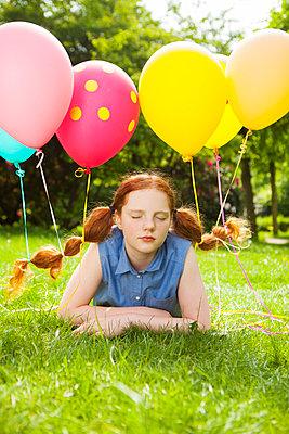 Tagtraum mit Luftballons in den Zöpfen - p045m1466983 von Jasmin Sander