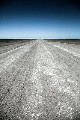 Straße in der Wüste Namibia - p1062m918414 von Viviana Falcomer