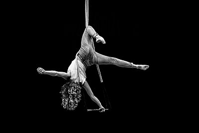 Aerial dancing beauty - p1166m2135961 by Cavan Images