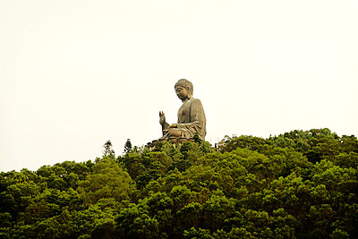 Tian tan Buddha against clear sky - p1166m979868f by Cavan Images