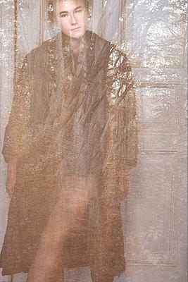 Stehende Frau - p1650m2230525 von Hanna Sachau