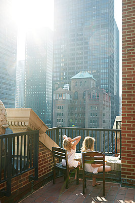 Girls looking at skyscrapers - p312m1229150 by Anna Kern