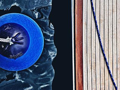 Blauer Fender - p318m1477356 von Christoph Eberle