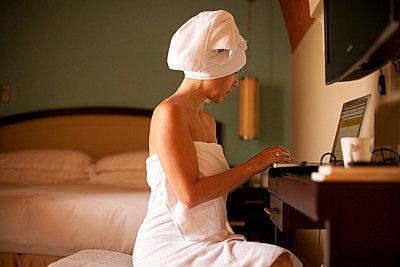 Mails schreiben im Hotelzimmer - p7410039 von Christof Mattes