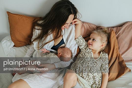 Mother with children - p312m2092217 by Anna Roström