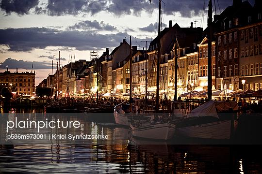 Kopenhagen, Boote im Hafen bei Nacht - p586m973081 von Kniel Synnatzschke