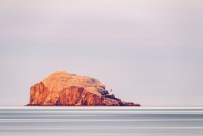 UK, Scotland, East Lothian, North Berwick, Firth of Forth, view of Bass Rock  and lighthouse - p300m2030270 by Scott Masterton
