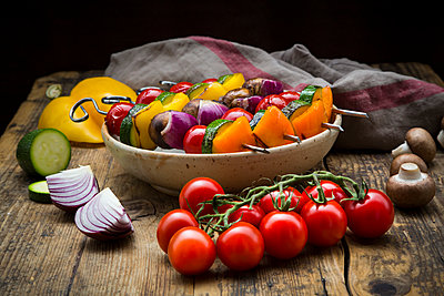 Grilled vegetable skewers on a plate and single ingredients - p300m2103341 von Larissa Veronesi