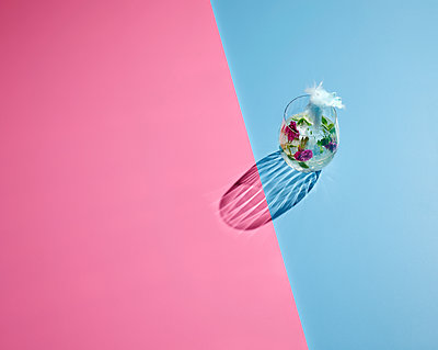 High angle view of cocktail on colored background - p300m2143953 by Kai Schwabe