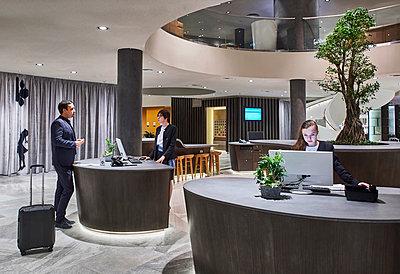 Rezeption in einem Hotel  - p390m1441303 von Frank Herfort