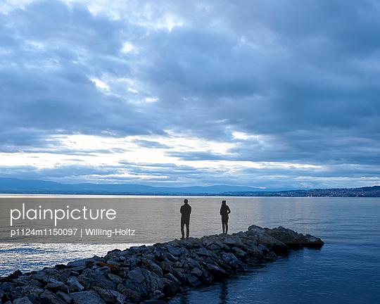 Paar steht auf Buhne am Genfer See - p1124m1150097 von Willing-Holtz