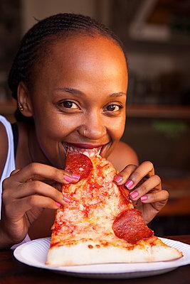 Riesen Pizza-Stück verschlingen - p045m1362668 von Jasmin Sander