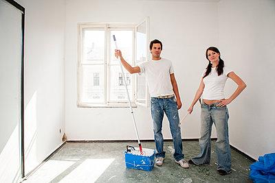 Junges Paar renoviert eine Wohnung - p1093m2193619 von Sven Hagolani