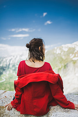 Switzerland, Appenzell, Woman in red jacket looking at mountain landscape - p1427m2174054 by Oleksii Karamanov