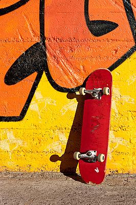 Skateboard an der Wand - p2200909 von Kai Jabs