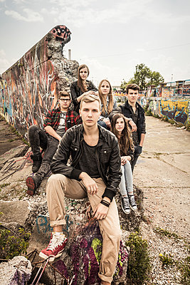 Portrait of group of friends hanging out in an old run down industrial area - p300m2206554 by Studio 27