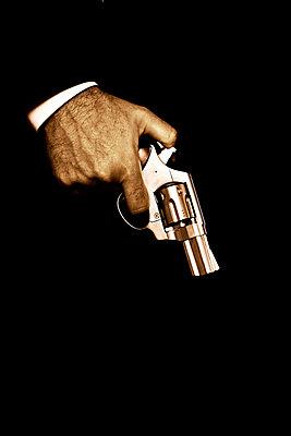 Hände mit Revolver - p3300266 von Harald Braun