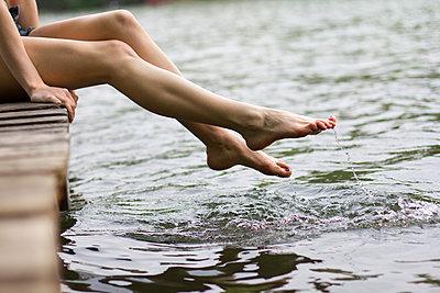 Füße im Wasser - p755m889726 von Henrik Pfeifer