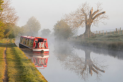 Barge (longboat) (narrowboat) moored on the Leeds Liverpool Canal in misty conditions shortly after sunrise near Skipton, North Yorkshire, Yorkshire, England, United Kingdom, Europe - p871m1480394 by David Speight