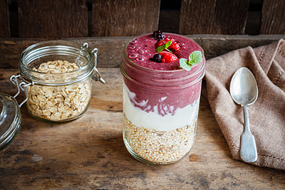 Glass of Berry Smoothie, natural yoghurt and cereals - p300m1581217 by Eva Gruendemann