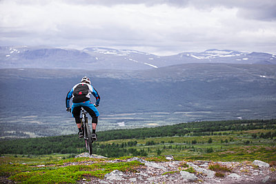 Mountain biker riding in the mountains of Lappland Sweden. - p343m1090343 by Elias Kunosson