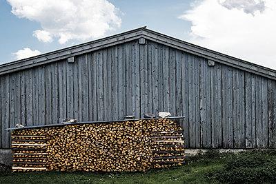 Holzstapel vor Scheune - p354m1133758 von Andreas Süss