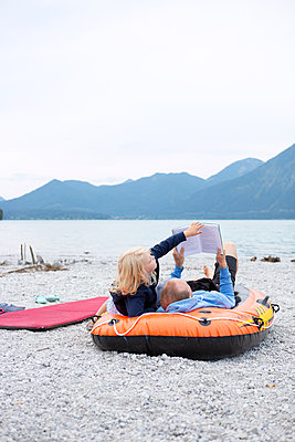 Reading together - p454m2064398 by Lubitz + Dorner