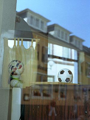 Fussball in einem Fenster - p9793556 von Zurborn