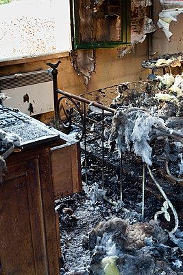 Zimmer nach Brand - p265m1200885 von Oote Boe