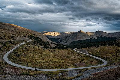 Scenic view of Cottonwood Pass against cloudscape - p1166m1209607 by Cavan Images