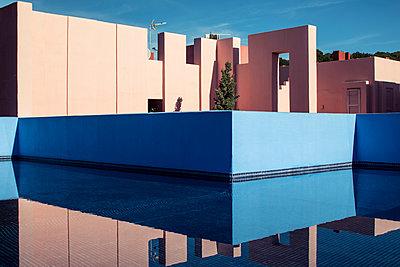 La muralla roja - p1329m1491672 by T. Béhuret
