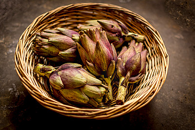 Artichokes in a wicker basket - p813m1481228 by B.Jaubert