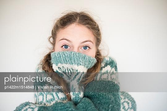 Junge Frau in dickem Wollpullover - p1422m1514848 von Vivian Rutsch