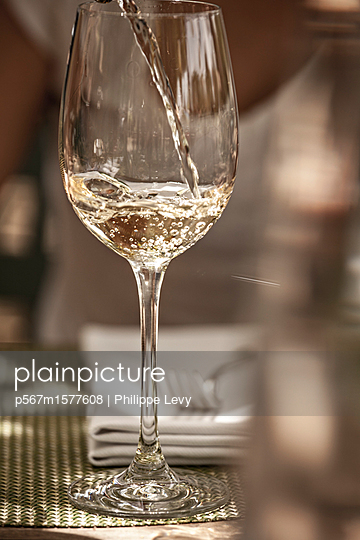 Weißwein - p567m1577608 von Philippe Levy