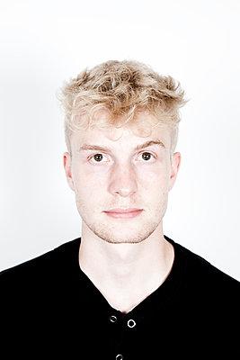 Junger Mann mit ausdrucklosem Gesicht - p1195m1466339 von Kathrin Brunnhofer