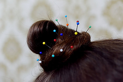 Hairstyle with pins - p1235m1559480 by Karoliina Norontaus