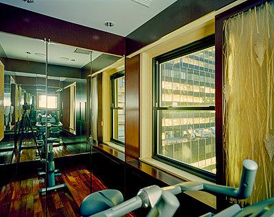 Blick in den Spiegel oder aus dem Fenster - p362m1541454 von André Wagner