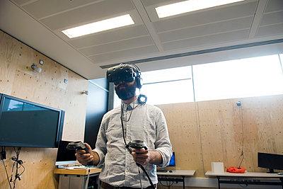 Man wearing virtual reality headset - p429m1513858 by G. Mazzarini